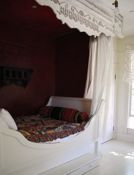 Built-in sleigh bed